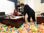 #3 Tener una reunión de negocios seria en una oficina llena de pelotas